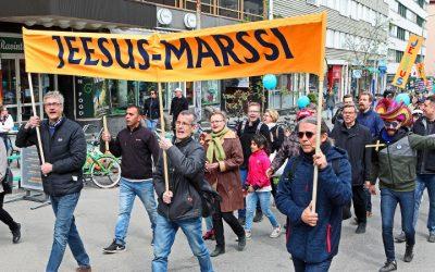 Kristittyjen yhteyttä Jeesus-marssilla